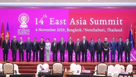 Leaders pose for a photo at the 14th East Asia Summit on November 4 (Photo: VNA)