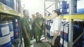 An inter-agency delegation inspects the chemical warehouse of Thien Long Company in August this year (Photo: SGGP)