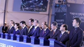 Prime Minister Nguyen Xuan Phuc, President of the Republic of Korea Moon Jae-in and ASEAN leaders attend the ground-breaking ceremony of the Eco Delta smart city in Busan, the RoK on November 24. (Photo: VNA)
