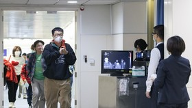 Staff of the Taiwan Centre for Disease Control screen body temperature of passengers on a flight from Wuhan city of China at Taoyuan International Airport on January 13 (Photo: AFP/VNA)
