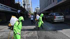 Workers disinfect an area in Manila, the Philippines, on March 19 to help curb the spread of COVID-19 (Photo: AFP/VNA)
