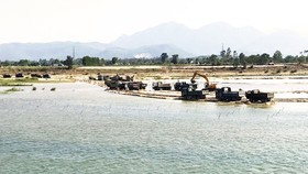 Illegal sand miners deploy heavy machineries on Tra Khuc River (Quang Ngai Province)