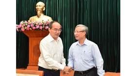 Mr. Tran Quoc Vuong (R) shakes hand with Secretary of HCMC Party Committee Nguyen Thien Nhan (Photo: SGGP)