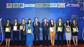 Business representatives receive the Golden Brand Awards 2020 from Standing Deputy Chairman of HCMC People's Committee Le Thanh Liem and SGGP Newspaper's editor-in-chief Nguyen Tan Phong (Photo: SGGP)