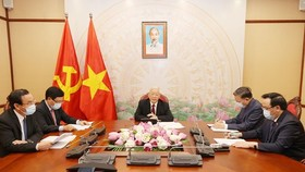 Party General Secretary and State President Nguyen Phu Trong (centre) at the phone talks with his Lao counterpart Bounnhang Vorachith on August 13 (Photo: VNA)