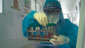 Taking samples of patients at a hospital for SARS-CoV-2 testing