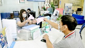Cash transaction at BIDV (Photo: SGGP)