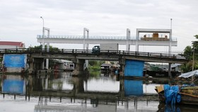 Narrow sluice gates cause traveling difficulties for boats and barges (Photo: SGGP)