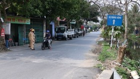 The road leading to Hoang Dong commune, Thuy Nguyen district, where the patient live is monitored (Photo: VNA)