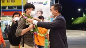 A tourism official of Quang Binh greets the tourists from another locality on October 15 (Photo: VNA)