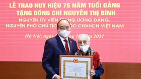 President Nguyen Xuan Phuc (L) and Nguyen Thi Binh, former member of the Party Central Committee and former Vice President, at the event (Photo: VNA)