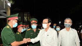 Bí thư Thành ủy TPHCM Nguyễn Văn Nên thăm, chúc tết quân đội, công an đêm 30 Tết