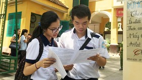 Các thí sinh trao đổi sau khi kết thúc bài thi