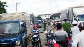 Nhiều người hiếu kỳ tụ tập xem tai nạn