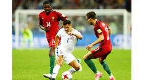 Chile (giữa) đã giành vé vào chung kết sau khi đánh bại Bồ Đào Nha.