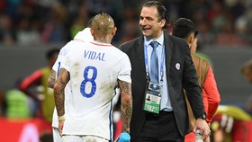 HLV Pizzi (phải) hài lòng về màn trình diễn của Chile.