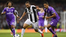 Gonzalo Higuain (giữa, Juventus) trong trận chung kết Champions League với Real Madrid.
