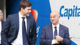 HLV Pochettino nhiều lần không hài lòng về cách làm của Chủ tịch Daniel Levy (phải)