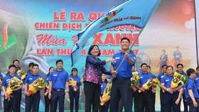 Đồng chí Thân Thị Thư trao cờ xuất quân. Ảnh: Việt Dũng
