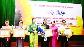 Đồng chí Nguyễn Thị Quyết Tâm và đồng chí Võ Thị Dung chúc mừng các cá nhân nhận bằng khen của Thủ tướng Chính phủ. Ảnh: Phùng Huy