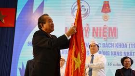 Đồng chí Trương Hòa Bình trao Huân chương Lao động hạng nhất lần thứ 2 của Chủ tịch nước tặng tập thể Trường Đại học Bách Khoa TPHCM