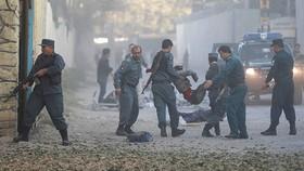 Cấp cứu người bị thương trong vụ đánh bom ở Kabul, Afghanistan, ngày 31-10-2017. Ảnh: REUTERS  