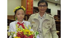 Hai cha con Phạm Bảo Phi tại buổi nhận giải thưởng