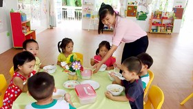 Cô và trò Trường Mầm non Họa Mi (huyện Nhà Bè) - đơn vị triển khai mô hình tiên tiến - trong một giờ ăn trưa