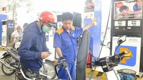 Khách hàng đổ xăng E5 RON 92 ở TPHCM                        Ảnh: CAO THĂNG
