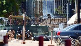 Vụ tấn công khủng bố nhằm vào Đại sứ quán Pháp tại Thủ đô Ouagadougou của Burkina Faso. Ảnh: CNN