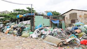 Một cơ sở thu mua phế liệu bố trí hàng hóa không đảm bảo an toàn PCCC