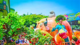 """Diễu hành """"Trái Cây Khổng Lồ"""" với những nàng Tiên Hoa – Thần Quả."""