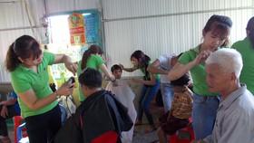 Hớt tóc giúp người nghèo đón xuân