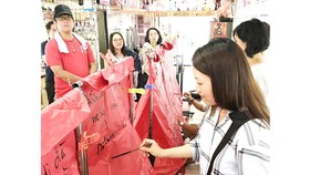 Hướng dẫn viên một công ty du lịch tại TPHCM đang hướng dẫn khách tham quan