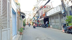Đường Duy Tân nay đã rộng 8m, không chỉ giao thông thuận lợi mà  kinh tế của người dân cũng khá hơn.  Ảnh: THU HƯỜNG