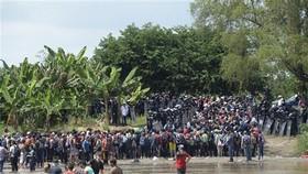 Người di cư băng qua sông Suchiate từ Ciudad Tecun Uman (Guatemala) để tới Ciudad Hidalgo (Mexico) trong hành trình đến Mỹ. Ảnh: TTXVN