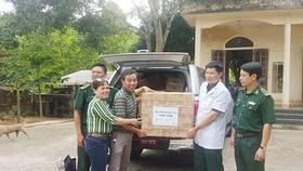 Tiếp nhận thuốc của Bộ trưởng Bộ y tế tặng Trạm xá quân dân y kết hợp Rào Tre (tỉnh Hà Tĩnh)