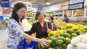 Người tiêu dùng mua hàng tại hệ thống siêu thị Co.opmart