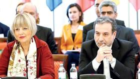 Tổng Thư kýỦy ban Đối ngoại EU Helga Schmidt (trái) và Thứ trưởng Ngoại giao  Iran Abbas Araqchi (phải) tại cuộc họp ở Vienna