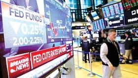 Thông tin FED cắt giảm lãi suất xuất hiện tại sàn giao dịch chứng khoán New York, Mỹ