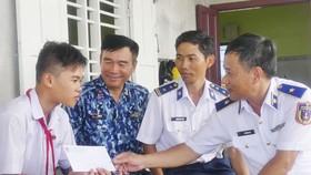 Tặng quà, hỗ trợ ngư dân huyện đảo Phú Quý