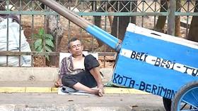 Một người vô gia cư ở Jakarta
