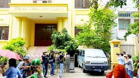 Xe của Công an quận 1 rời khỏi TAND quận 4 sau khi khám xét nơi làm việc của ông Nguyễn Hải Nam. Ảnh: KHÁNH QUỲNH