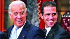 Cựu Phó Tổng thống Joe Biden (trái) và con trai Hunter Biden