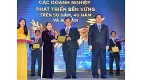 Phó Bí thư Thành ủy TPHCM Võ Thị Dung  chúc mừng các doanh nghiệp phát triển bền vững trên 50 năm. Ảnh: Việt Dũng