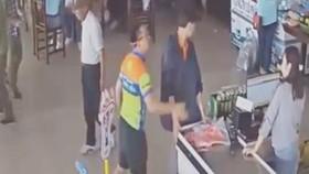 Thượng úy Nguyễn Xô Việt (mặc áo thun) hành hung nhân viên trạm nghỉ Hải Đăng. Ảnh cắt từ clip