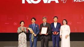 Trao Giải thưởng KOVA ở hạng mục Kiến tạo cho tập thể Khoa Niệu A, Bệnh viện Bình Dân TPHCM. Ảnh: TTXVN