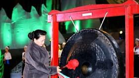 Chủ tịch Quốc hội Nguyễn Thị Kim Ngân đánh chiêng khai mạc Tuần Văn hóa, Du lịch tỉnh Hòa Bình năm 2019. Ảnh: TTXVN