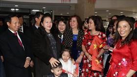 Bà con Việt kiều tại Liên bang Nga đón Chủ tịch Quốc hội Nguyễn Thị Kim Ngân. Ảnh: TTXVN