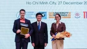 GS Lê Vinh Danh - Hiệu trưởng TDTU và đại diện Tổng lãnh sự quán Đức tại TPHCM trao giải thưởng cho TS Timon Rabczuk